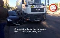 Бетоновоз разбил автомобиль в Киеве