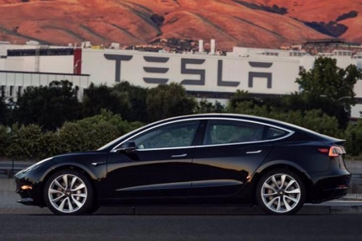 Илон Маск продемонстрировал  1-ый  готовый бюджетный электрокар Tesla Model 3