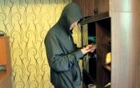 Лицо крупным планом: ограбление квартиры в Киеве сняла скрытая камера