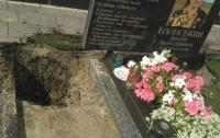 Вандалы разгромили могилу бойца АТО под Киевом