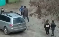 Толпа подростков набросилась во дворе на мужчину (видео)