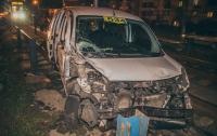 В Киеве такси врезалось в маршрутку и вылетело на трамвайные пути (видео)