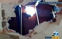 Глыба льда, рухнувшая с пролетавшего самолета, проломила крышу дома