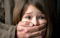 Под Киевом педофил завел девочку в поле и изнасиловал на глазах ее брата