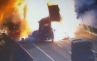 В Китае столкновение двух грузовиков привело к мощному взрыву (видео)