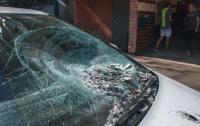 Психически больной парень массово бьет автомобили в Днепре