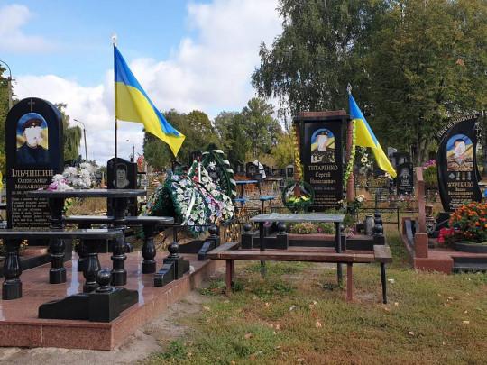 На Черниговщине вандалы испортили памятники на могилах погибших воинов АТО