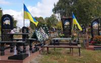 На Черниговщине вандалы испортили памятники на могилах погибших воинов АТО (видео)