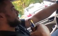 Одесский полицейский распивал алкоголь за рулем авто и