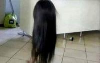 Отец принял дочь в парике за злой дух и едва не упал в обморок
