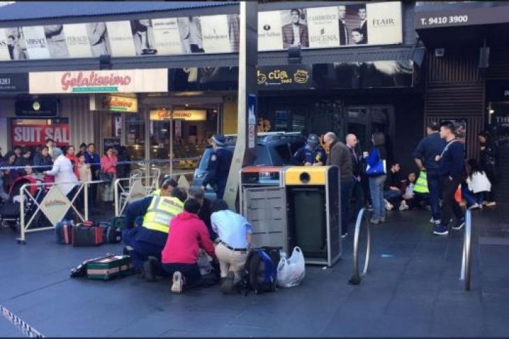 ВАвстралии автомобиль въехал втолпу людей, есть пострадавшие