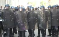 Противники Макрона начали громить парижские банки