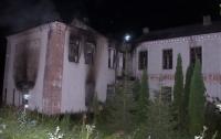 Старая школа загорелась в селе