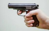В Киеве подстрелили мужчину, который бил окна соседям и поджигал дверь