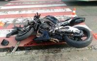Под Киевом Mercedes вылетел на встречку и врезался в мотоциклиста