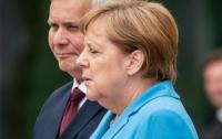 Стало известно, что Меркель шептала во время приступа