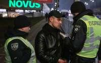 В Киеве мужчина напал с пистолетом на прохожего
