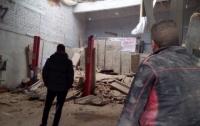 Во Львове на СТО завалило иномарку