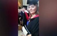 Англичанин перепутал дочь с другой девушкой на выпускном (видео)