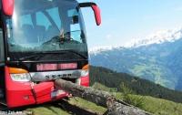Пассажир спас автобус от падения с обрыва в горах