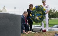 Порошенко в США посетил могилу Джона Маккейна