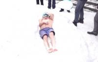 Голый мужчина залез в снег, чтобы установить рекорд (видео)