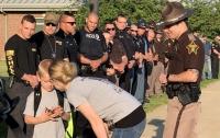 70 полицейских проводили в школу ребенка, чей отец погиб на службе