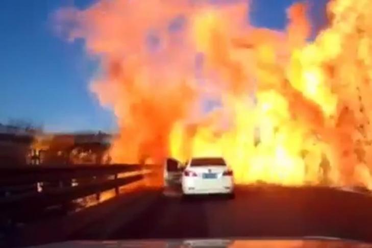 Грузовой автомобиль сгазом попал вДТП ивзорвался— Аднадороге
