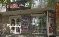 Рядом со зданием полиции обворовали элитный магазин