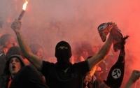 Поклонники футбола устроили массовую драку (видео)