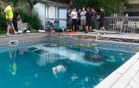 Жуткая авария в США: автомобиль въехал в бассейн с детьми (видео)