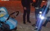 Пьяная мамаша вынесла двух детей замерзать на улице