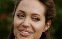Анджелина Джоли накормила своих детей пауками (видео)