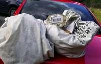 Супруги нашли несколько денежных мешков, лежащих на дороге