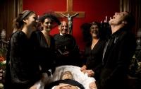 Смех на похоронах - признак деменции