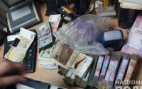 Ищут фальшивую валюту: в харьковских обменниках начали проводить обыски