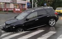 В Киеве на новой дороге авто провалилось под асфальт