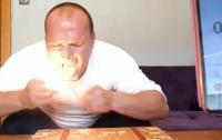 Мужчина потушил языком 62 горящие спички (видео)