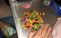 Женщина замаскировала наркотики под конфеты и пыталась ввезти их в Украину