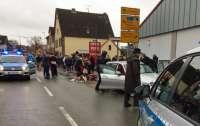 Автомобиль врезался в толпу людей