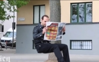 Розыгрыш с невидимым стулом озадачил пользователей сети (Видео)