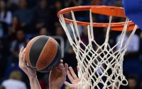Баскетболист возле кольца перепрыгнул двухметрового соперника