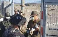 Военные Боливии применили слезоточивый газ против граждан за попытку вернуться в страну