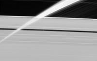 NASA представило снимок спутника Сатурна в кольце планеты