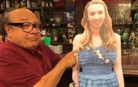 Дэнни ДеВито зажег в баре с картонной девушкой