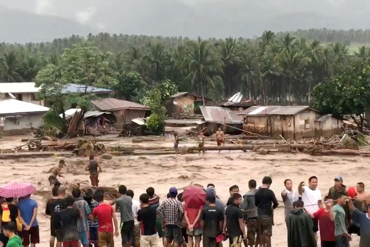 Надвигающийся наВьетнам тайфун слабеет