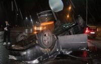 ДТП в Киеве: на Оболони Chevrolet перевернулся на крышу