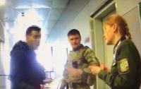 Иностранец в аэропорту напал на пограничника (видео)
