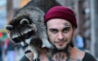 В Киеве напали на известного рэпера и его енота
