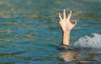 Во Львове из водоема достали тело мужчины